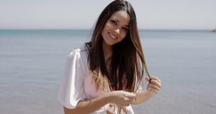 Charmig flicka som kopplar av på stranden lager videofilmer