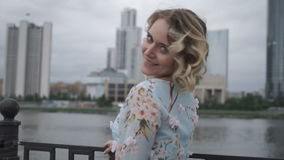 Charmig flicka som ler och poserar på kameran arkivfilmer