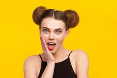 Charmig flicka som poserar med överraskning Royaltyfria Bilder