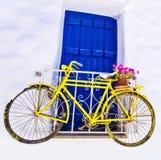 Charmig gammal cykel över väggen och fönstret Arkivbilder