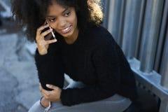 Charmig gladlynt afrikansk amerikankvinna som använder den fria radion 5G i wifizon Royaltyfria Bilder