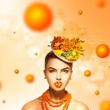 Charmig glamourmodell med rönnen på hår och bakgrund Arkivfoton