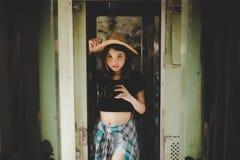 Charmig härlig kvinna för stående Attraktiv härlig turist fotografering för bildbyråer