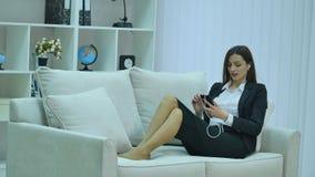 Charmig härlig tillfällig stil för affärskvinnan genom att använda, att prata, för samkvämmen, för kalla och hålla ögonen påsmart stock video