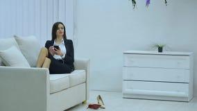 Charmig härlig tillfällig stil för affärskvinnan genom att använda, att prata, för samkvämmen, för kalla och hålla ögonen påsmart lager videofilmer