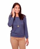 Charmig hög kvinna som talar på mobiltelefonen Arkivbilder