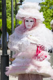 Charmig italiensk kvinna i den Venetian klänningen för rosa färgdräktmaskering Arkivbild