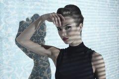 Charmig kvinna i inomhus modeskott arkivbilder