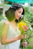 Charmig kvinna med blommor royaltyfri fotografi