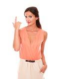 Charmig kvinna med fingrar som gör en gest skytte Royaltyfria Foton