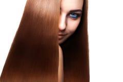 Charmig kvinna med långt brunt hår för perfekt streight och blått ey Royaltyfri Bild