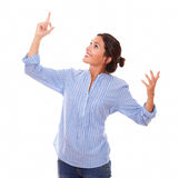 Charmig kvinna som rätt ser och pekar upp Royaltyfria Foton