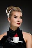 charmig lady för kaffekopp Fotografering för Bildbyråer