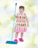 Charmig liten flicka i häftklammermatare royaltyfria bilder