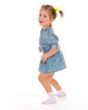 Charmig liten flicka som spelar och har gyckel. Arkivbild