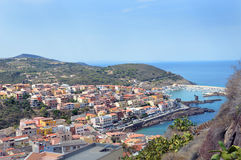 Charmig liten medeltida stad Castelsardo i Sardinia Royaltyfri Bild