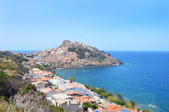 Charmig liten medeltida stad Castelsardo i Sardinia Royaltyfria Foton