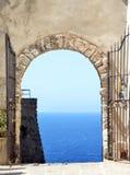 Charmig liten medeltida stad Castelsardo i Sardinia arkivbild