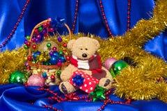 Charmig liten nallebjörn med julgåvan Arkivbild