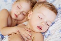 Charmig liten syskongrupp sovande Royaltyfri Fotografi
