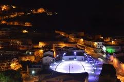 Charmig medeltida stad Castelsardo av Sardinia på natten Fotografering för Bildbyråer