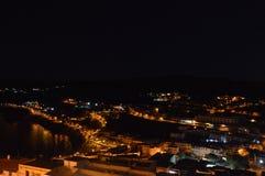 Charmig medeltida stad Castelsardo av Sardinia på natten Arkivfoton