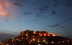 Charmig medeltida stad Castelsardo av Sardinia på natten Arkivbild