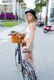 Charmig modekvinnlig som poserar för kameran med tappningcykeln Royaltyfria Bilder