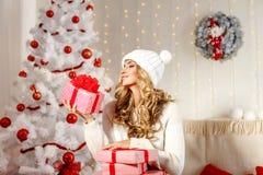 Charmig modell som poserar med julklappar royaltyfri bild