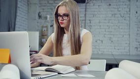 Charmig och lugna dam som i regeringsställning arbetar på den moderna bärbara datorn stock video