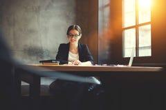 Charmig positiv kvinnlig förvaltningschef av affärskorporationen fotografering för bildbyråer