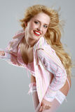 charmig rosa posera underkläderkvinna Arkivbilder