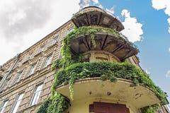 Charmig sikt av ett forntida hus med gröna balkonger Arkivfoto