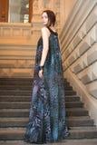 Charmig sinnlig ung kvinna i gauzy lång klänning på trappa Arkivbilder