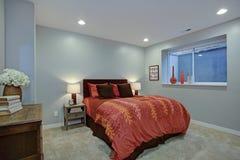 Charmig sovrumdesign med mjuka blåa väggar royaltyfria foton