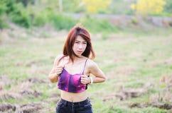 charmig ståendekvinna Royaltyfri Foto
