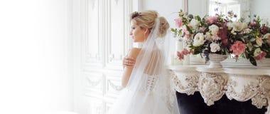 Charmig ung brud i lyxig bröllopsklänning Nätt flicka, fotostudio arkivfoto