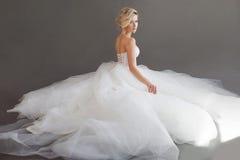 Charmig ung brud i lyxig bröllopsklänning nätt white för flicka Grå färgbakgrund _ fotografering för bildbyråer