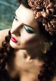 Charmig ung dam med kulör makeup Fotografering för Bildbyråer
