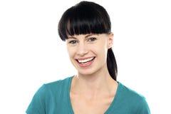 Charmig ung kvinnlig som exponerar ett mäktigt leende Arkivfoto