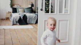 Charmig unge i dörröppning av det hemtrevliga sovrummet lager videofilmer