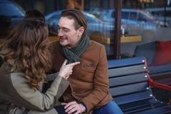 Charmiga älska par som tycker om det utomhus- datumet royaltyfria foton