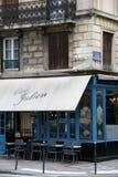Charmiga bistroer nära Seinen, Chez Julian höftfläck i hjärta av Paris, Frankrike, 2016 Royaltyfri Bild