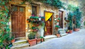 Charmiga blom- dekorerade gator av medeltida städer av Italien Pi royaltyfri bild
