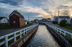 Charmiga färgrika hus längs en kanal och en solnedgång i Bonavista, Newfoundland Fotografering för Bildbyråer