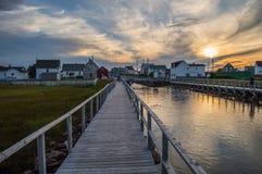 Charmiga färgrika hus längs en kanal och en solnedgång i Bonavista, Newfoundland Arkivfoton