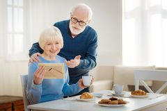 Charmiga gamla par som missa deras barn arkivfoto