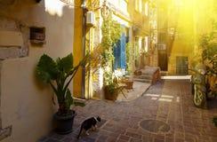Charmiga gator Chania i strålar av inställningssolen av grekiska öar crete Fotografering för Bildbyråer