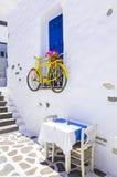 Charmiga grekiska tavernas på smala gator Arkivfoto