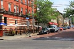 Charmiga kullerstengator och affärer, lilla Italien, Cleveland, Ohio, 2016 Royaltyfri Bild